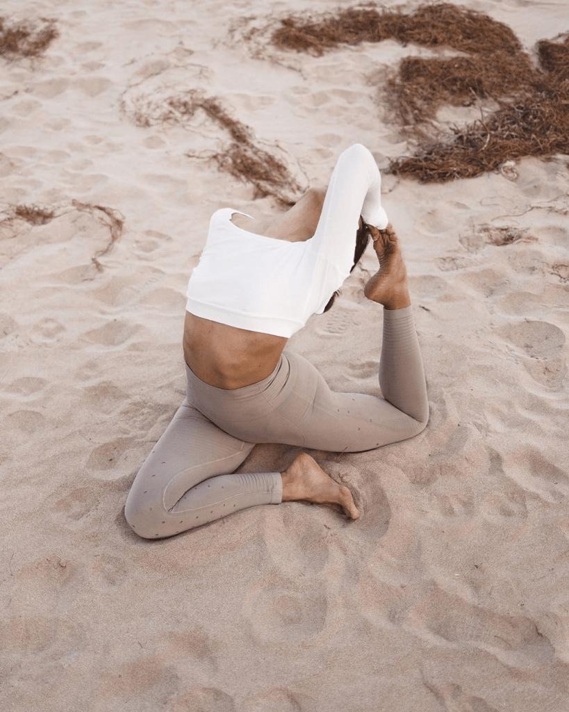 Practicar vinyasa yoga nos ayuda a equilibrarnos a través del movimiento y la respiración